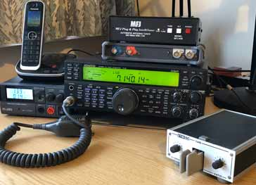 Típico sintonizador automático de antena dentro de una estación compacta de radioaficionado