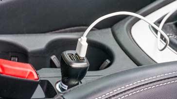 Un chargeur USB de voiture in situ